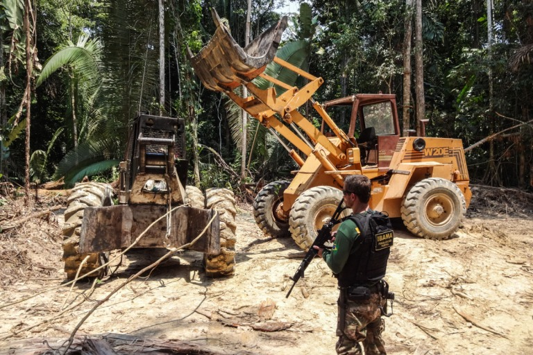 illegal-ipe-mato-grosso-logging-frontloader-timbercheck-due-diligence-photo-credit-IBAMA